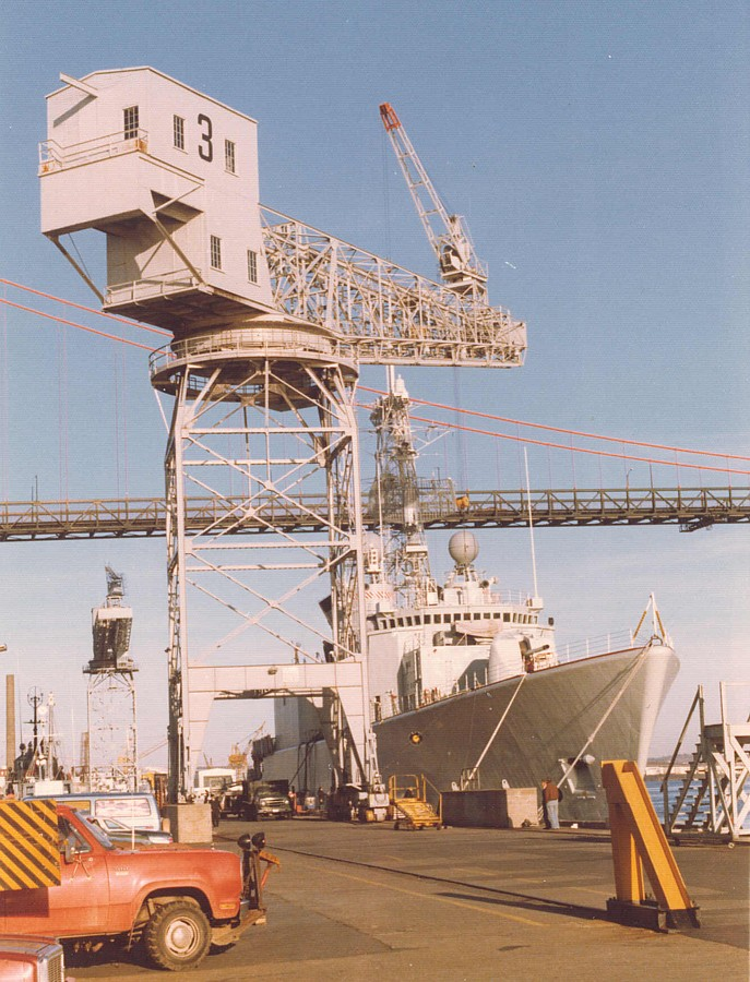 Royal Canadian Navy : DND Halifax, travelling hammerhead crane.